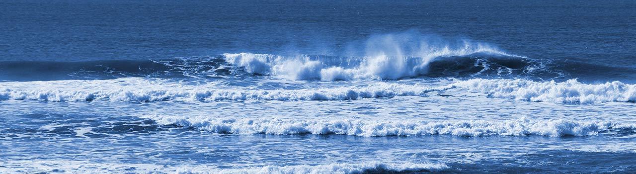 Bild einer Welle am Ozean. Diese symbolisiert die Ankunft neuer Nachrichten auf der Website der Praxis für Naturheilkunde der Heilpraktikerin Diane Zardini in Garmisch-Partenkirchen.