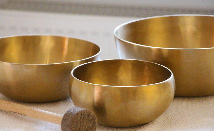 Bild von Klangschalen, die die Klangmassagen symbolisieren. Diese werden in der Naturheilpraxis von Frau Dr. Diane Zardini Heilpraktikerin in Garmisch-Partenkirchen angeboten.