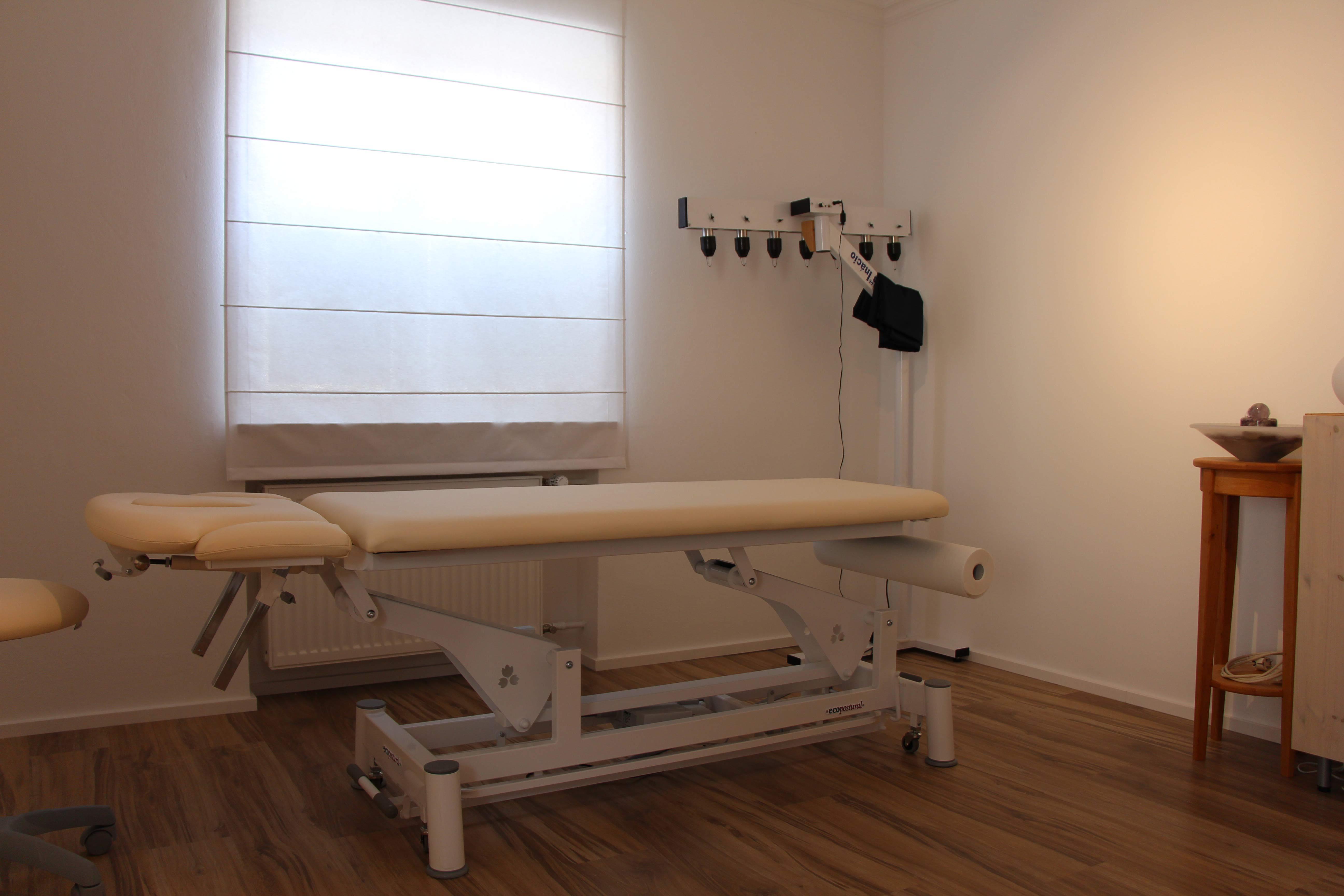 Bild des Behandlungsraumes der Praxis für Naturheilkunde der Heilpraktikerin Diane Zardini in Garmisch-Partenkirchen.