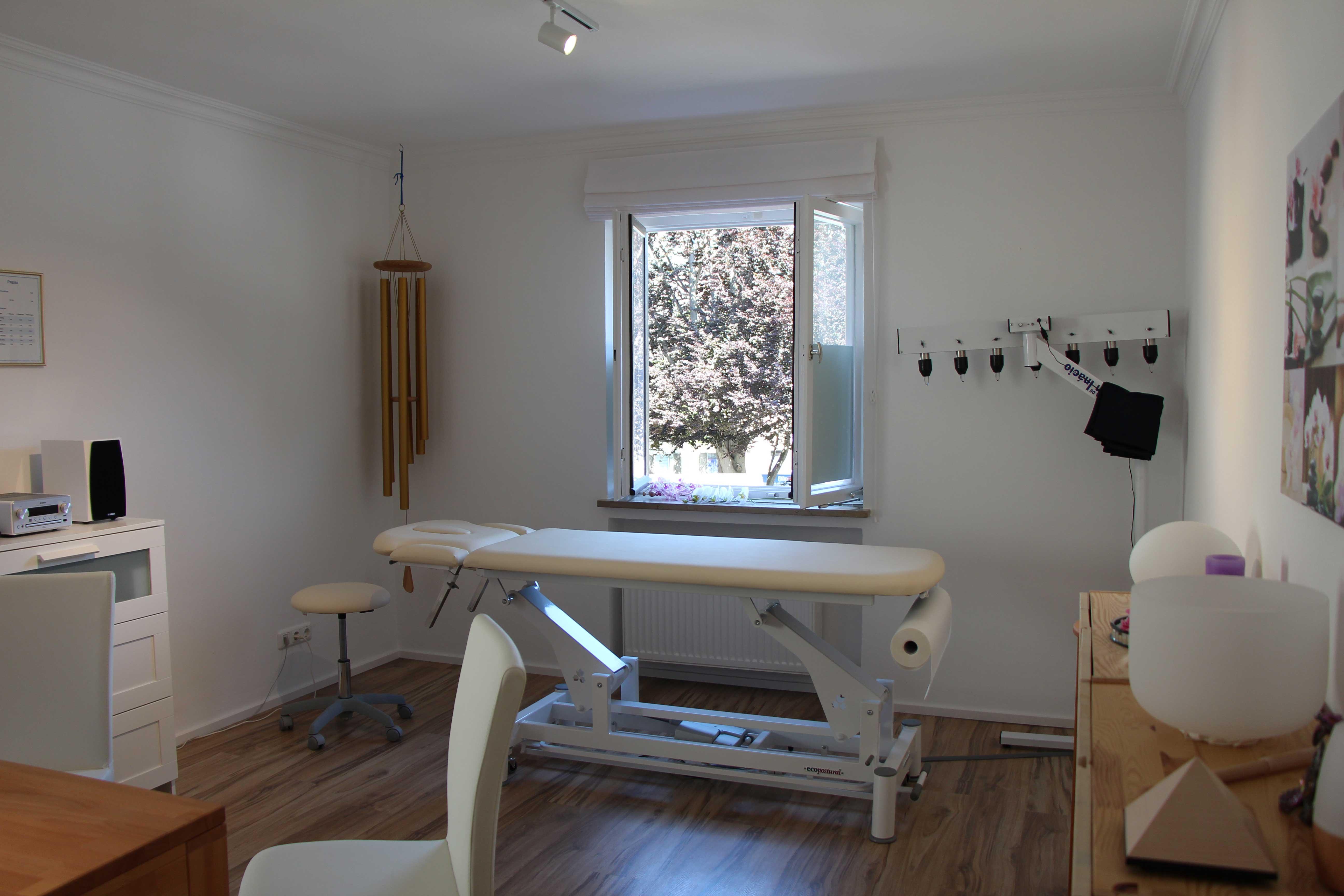 Bild des Behandlungsraumes der Praxis für Naturheilkunde in Garmisch-Partenkirchen Diane Zardini, Heilpraktiker.